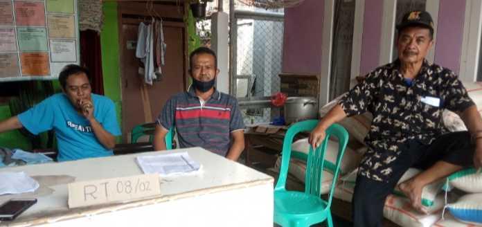 Ketua Rt.08 bersama Wakil Rt dan Tokoh Masyarakat Saat Pendistribusian Bantuan Presiden. (Foto/Jkw)