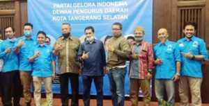 Calon Walikota Tangsel DRS. H. Benyamin Davnie di Tengah Pengurus Partai Gelora Indonesia DPD Tangsel.(Foto/Jkw)